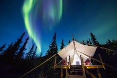 L'aurore au-dessus de la tente de toile en Alaska Photos stock