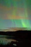 L'aurore au-dessus du fleuve de Yukon, près de Whitehorse, YT, Cana Images libres de droits