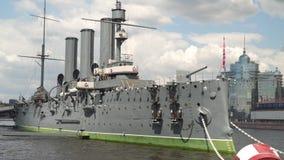 L'aurore de croiseur à St Petersburg Jour ensoleillé banque de vidéos