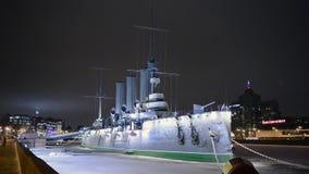L'aurore de croiseur la nuit à St Petersburg banque de vidéos