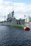 L'aurore de croiseur pendant l'après-midi nuageux de mai St Petersburg Photographie stock libre de droits