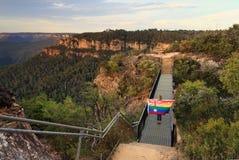 L'Australia ha detto sì il ponte di incrocio della donna con la bandiera Fotografie Stock