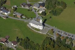 L'Austria: Airshot dalla Barholomäus-chiesa in Schruns a Montafon fotografia stock libera da diritti