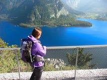l'austria alpi Lago alpino La ragazza sta esaminando il lago immagini stock