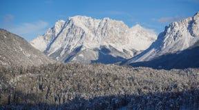L'Austria, alpi tirolesi Strada al passaggio della felce Paesaggio meraviglioso subito dopo una caduta della neve Fotografie Stock