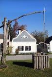 L'Austria, Burgenland, casa e vecchio pozzo di tiraggio immagine stock