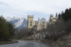 l'austria La strada scenica al castello nelle alpi vicino a Salisburgo Dicembre 2014 Immagini Stock