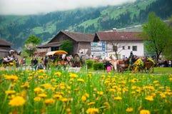 L'Austria 3 maggio 2015: Vista piacevole in piccolo villaggio vicino a Grossglockner nell'inverno Immagini Stock Libere da Diritti