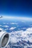 L'AUSTRIA - ottobre 2016: Le alpi come visto da un aeroplano, dalla vista dell'ala con la turbina piana o dal motore Fotografie Stock Libere da Diritti