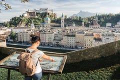 l'austria Salisburgo Il turista della ragazza sulla piattaforma di osservazione Immagine Stock Libera da Diritti