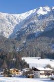 L'Austria, villaggio alpino nella neve Immagini Stock