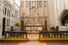 L'autel d'église avec le beau décor et la pierre fonctionnent Image stock