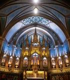 L'autel fleuri dans le Notre Dame Cathedral à Montréal image stock