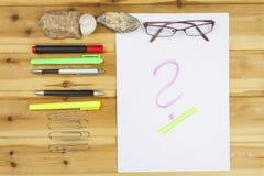 L'auteur écrit un roman Création des exemples de succès Stylos dans le bureau sur une table en bois Photo stock