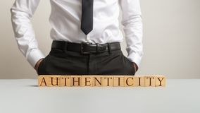 L'authenticité de Word a orthographié sur le bureau avec les cubes en bois photo libre de droits