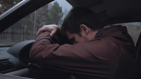 L'autista è deluso, non può avviare la vostra automobile stock footage