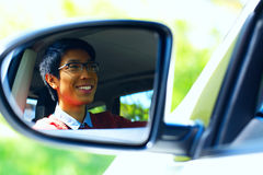 L'autista è riflesso in specchio dell'automobile Fotografie Stock