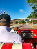L'autista cubano di un cabriolet che conduce l'automobile immagine stock