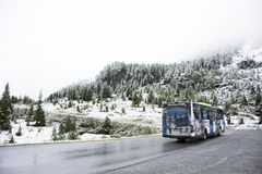 L'autista di autobus che conduce i bus porta i viaggiatori che il passeggero va alla cima della montagna Immagini Stock