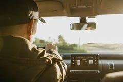 L'autista o il viaggiatore o il turista sta conducendo un'automobile fotografia stock libera da diritti
