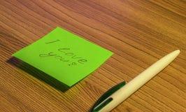 L'autoadesivo del Libro Verde sulla tavola dice ti amo Fotografia Stock Libera da Diritti