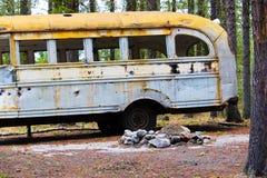 L'autobus abandonné dépouillé à l'des chasseurs campent sur la terre de couronne images stock
