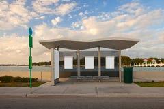 L'autobus arrêtent la station avec les panneaux vides blancs de la publicité Photo stock