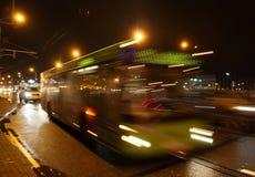 L'autobus brouillé sur l'avenue le soir Image stock