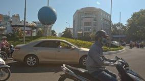 L'autobus de scooters se déplacent autour du grand parterre sur la place clips vidéos