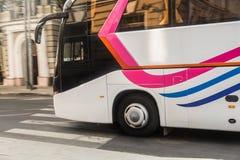 l'autobus de touristes abaisse la rue image stock
