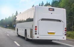 L'autobus de touristes va sur la route images stock