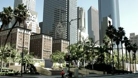 L'autobus public traverse la rue près de la place de Pershing dans le centre ville de Los Angeles banque de vidéos