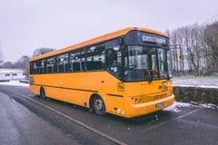 L'autobus scolaire s'est garé pendant la tempête Emma, également connue sous le nom de bête de l'est photo stock