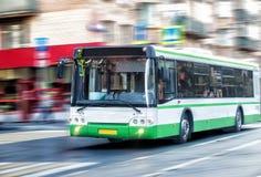 L'autobus va le long de la rue Image stock