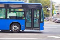 L'autobus va le long de la rue Images libres de droits