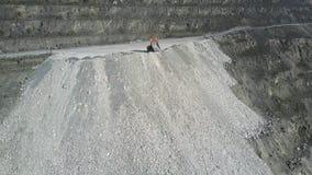 L'autocarro a cassone di vista aerea versa la terra sulla collina del pozzo dell'amianto stock footage