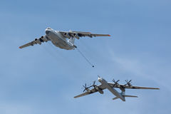 L'autocisterna Ilyushin Il-78 e bombardiere strategico Tu-95 Immagini Stock