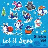 L'autocollant de neige a placé avec les pingouins, le bonhomme de neige et les flocons de neige de bande dessinée Photo libre de droits