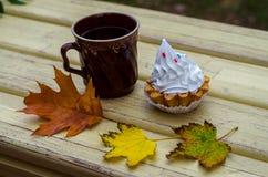 L'automne, érable part, attaque, thé, panier Photos libres de droits