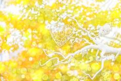 L'automne a brouillé le bokeh décoratif de feuilles de jaune d'arbre de coeur de fond Photo libre de droits