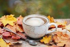 L'automne, chute part, tasse de café de cuisson à la vapeur chaude sur le fond en bois de table Saisonnier, café de matin, détent photos libres de droits