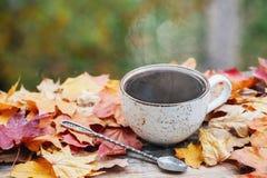 L'automne, chute part, tasse de café de cuisson à la vapeur chaude sur le fond en bois de table Saisonnier, café de matin, détent photographie stock