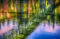 L'automne colore le pont de Sellwood se reflétant en rivière de Willamette photos libres de droits