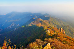 L'automne de coucher du soleil de bout droit de montagnes Image stock