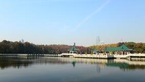L'automne du lac est photo libre de droits