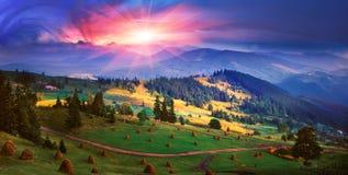 L'automne est venu aux montagnes carpathiennes Photos stock