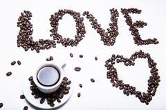 L'automne, la feuille d'automne de l'érable avec une tasse de café chaude et une inscription du grain de café aiment sur le fond  Images libres de droits