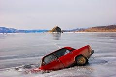 L'automobile è caduto attraverso il ghiaccio fotografie stock libere da diritti