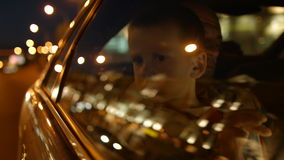 L'automobile è condotta con i passeggeri nel sedile posteriore Bambino nel sedile posteriore dell'automobile 4K 30fps ProRes stock footage