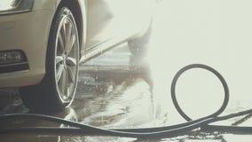 L'automobile è coperta dall'acqua dopo il lavaggio dell'automobile immagine stock
